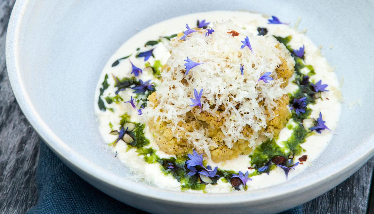 Glaseret blomkål med lun cremefraiche, dildolie, mandler og revet gedeost