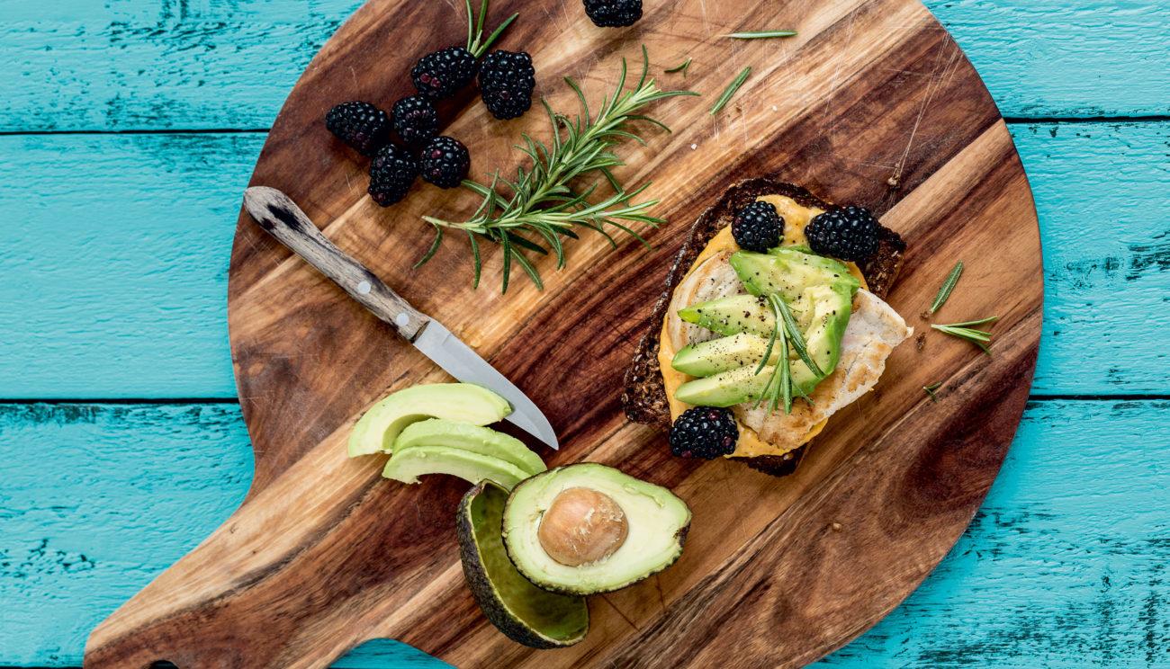 Grillet kyllingebryst med græskarcreme, avocado og brombær