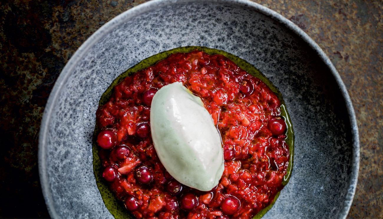Hakket jordbær med ribs, vaniljegræsolie og sorbet på grønne jordbær