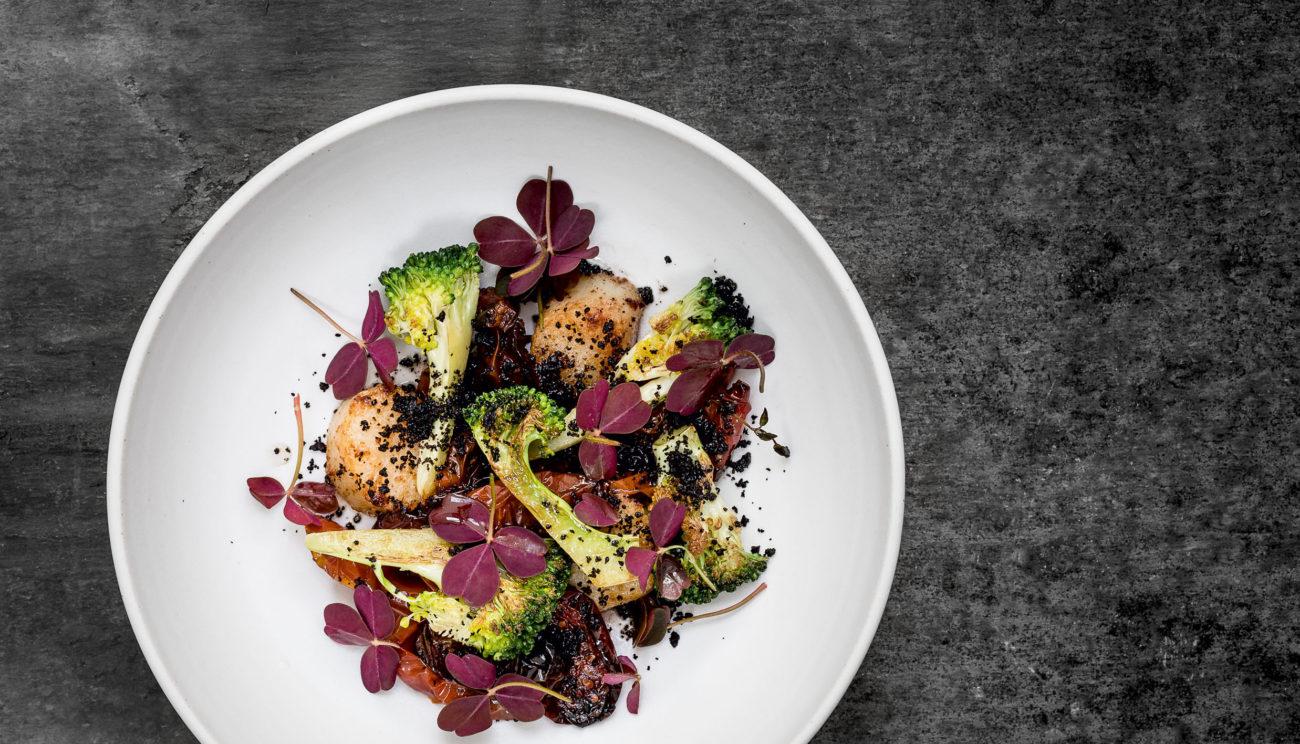 Kammusling, broccoli og bagte tomater