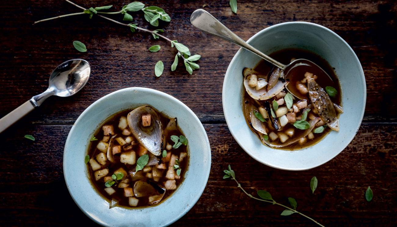 Løgbouillon, blæksprutte, stegte løg og bacon