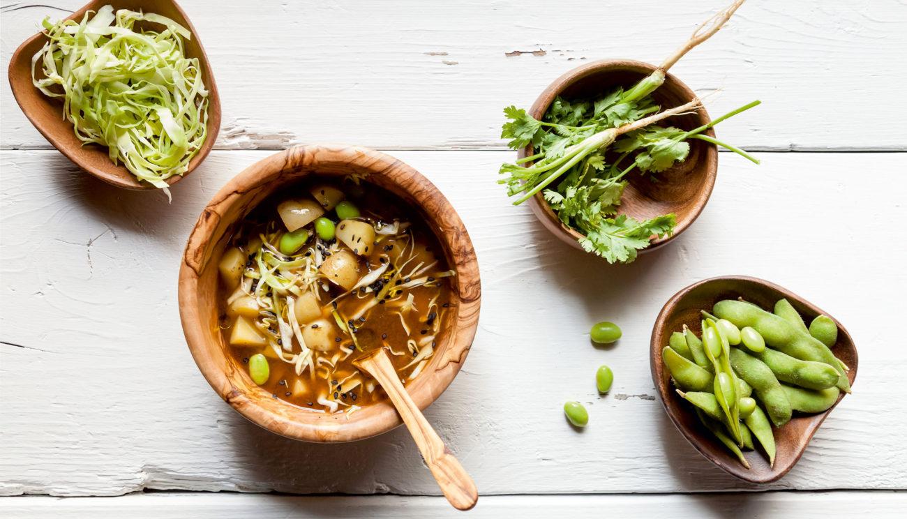 Misosuppe, kartofler, kål og edamamebønner