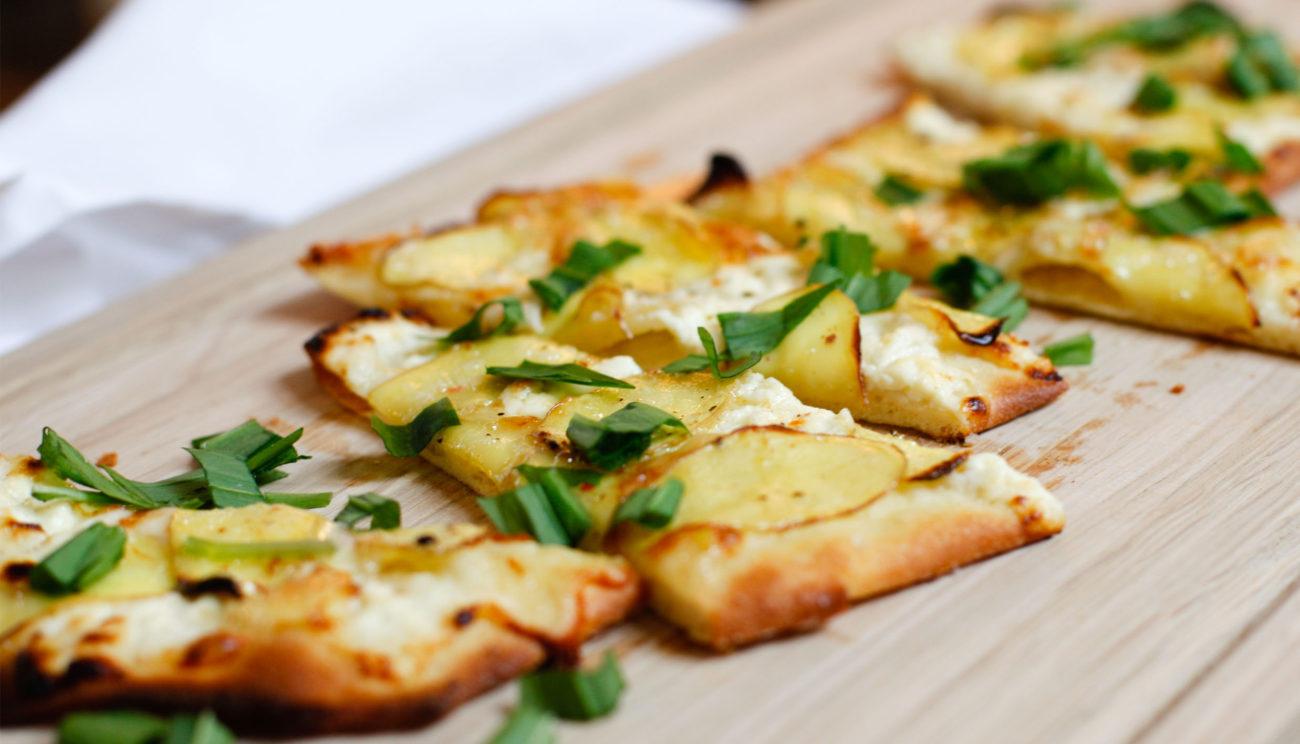 Pizza bianca med gekoost, lokeost, kartofler og ramsløg
