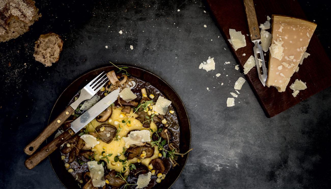 Polenta med ristede svampe, parmesan og majs