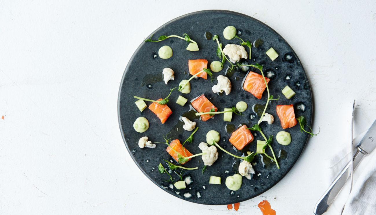 Rimmet laks med sprøde agurker, wasabicreme, blomkålscrudité samt ærtespirer