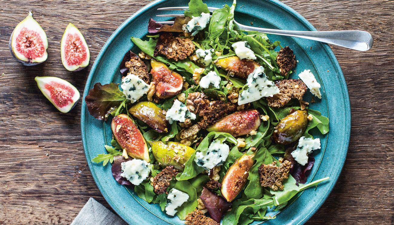 Salat med figner, valnødder, rucola og roquefort