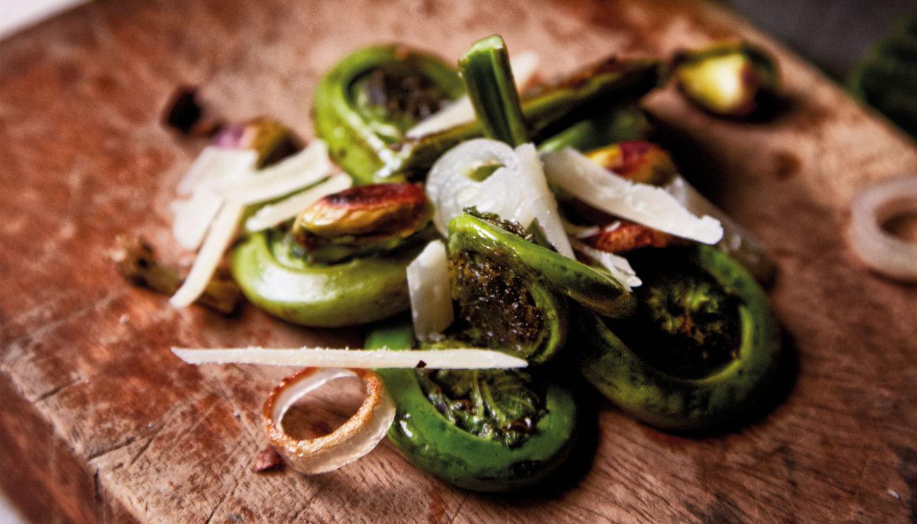 Sauterede bregneskud med parmesanost og ristede pistacienødder