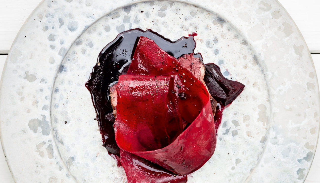 Sommerbuk med rødbede og lakrids