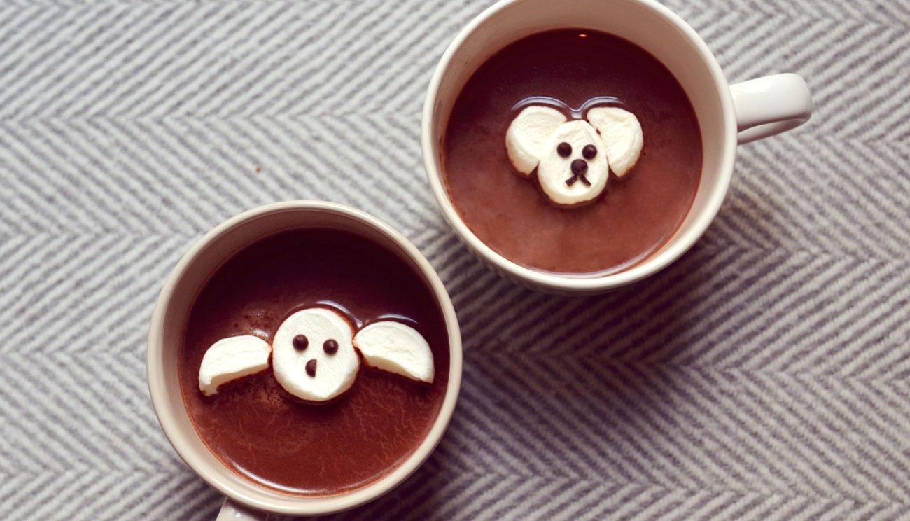 Varm chokolade med dyr af skumfiduser