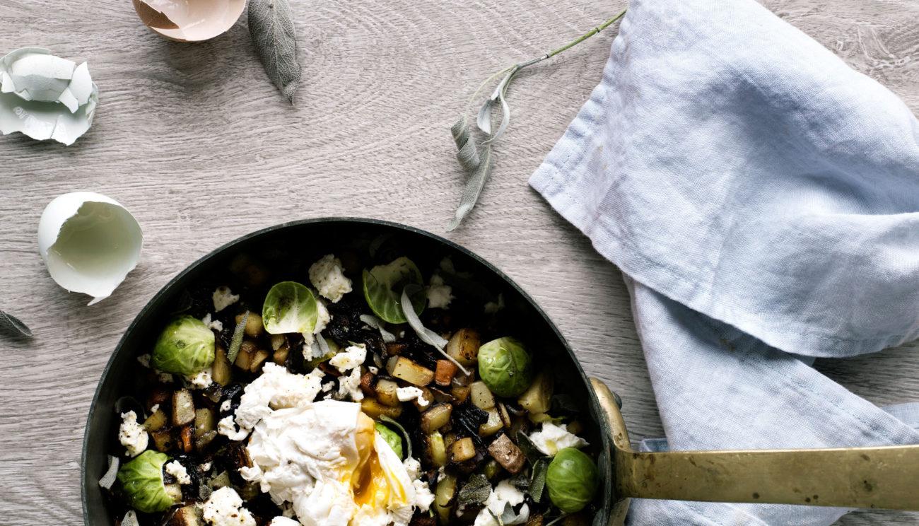 Biksemad med pocheret æg, feta og salvie