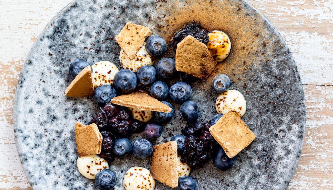 Blåbær med calvados, hvid chokoladecreme og lakridsmarengs