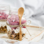 Chiagrød med hindbær, granola og skyr