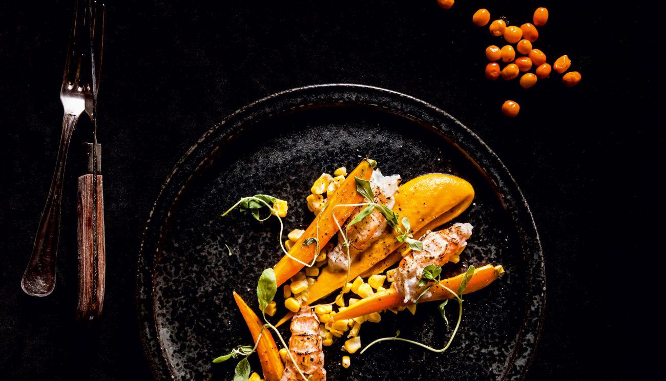 Stegte gulerødder med havtorn, majs, jomfruhummere og oregano