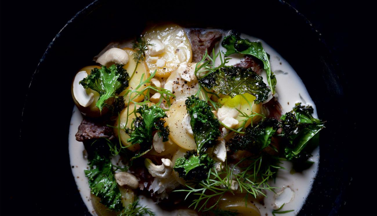 Hasselnøddemælk, svinekæber, grønkål og glaserede kartofler