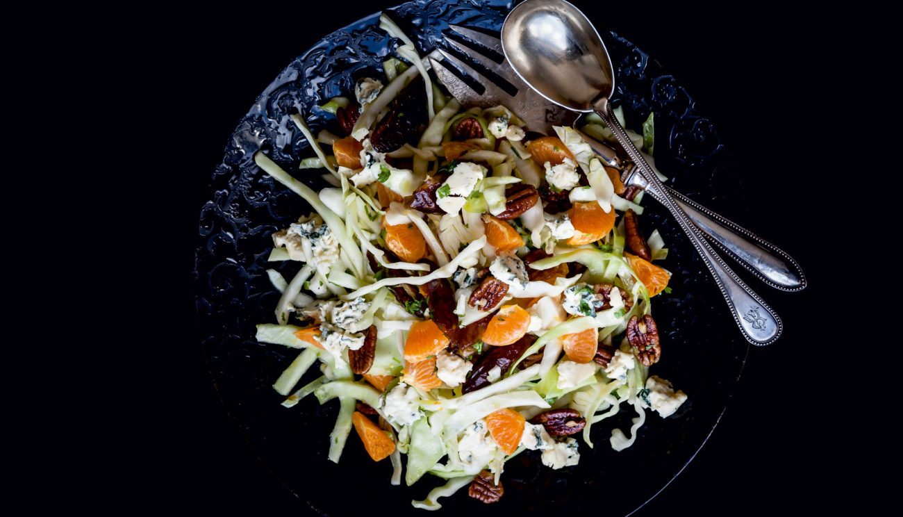 Hvidkålssalat med mandarin, dadler, ristede valnødder og feta