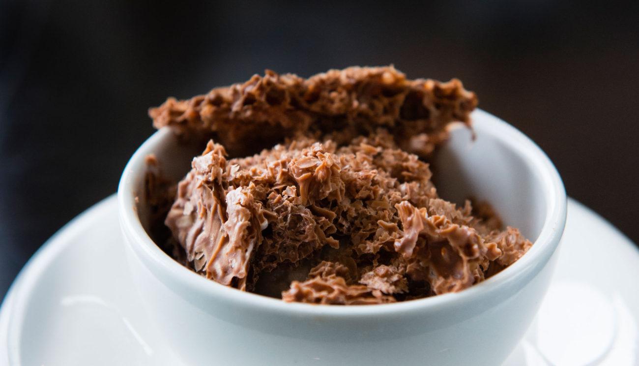 Luftig chokolade og hasselnøddeis