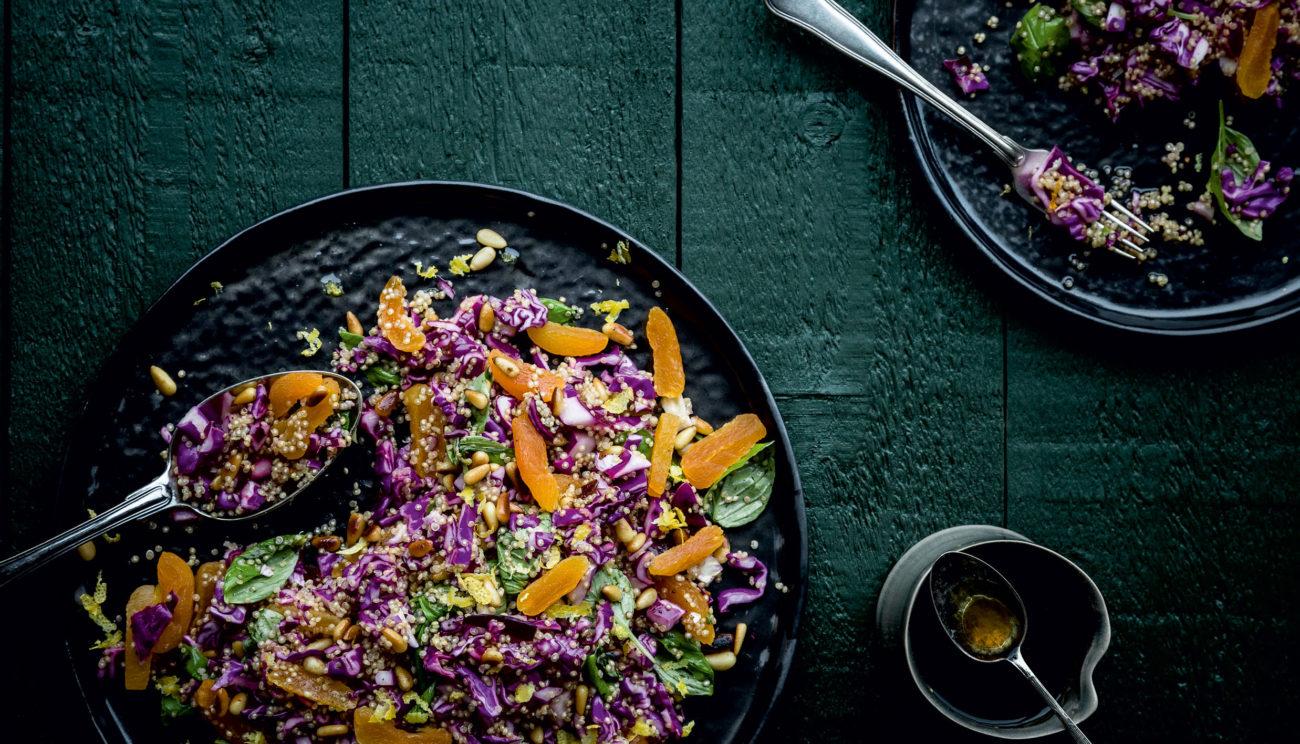 Rødkålssalat med quinoa, abrikoser, pinjekerner og mynte