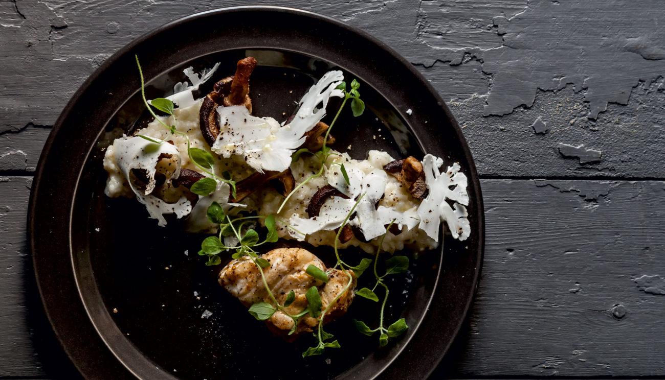 Stegt havtaske med risotto, parmesan, svampe og blomkål