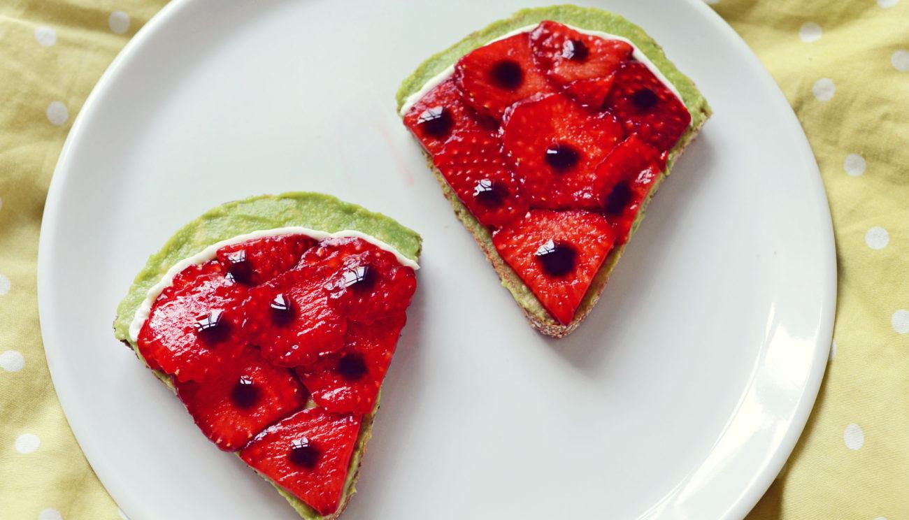 Vandmelon-avocadotoast med jordbær og balsamico