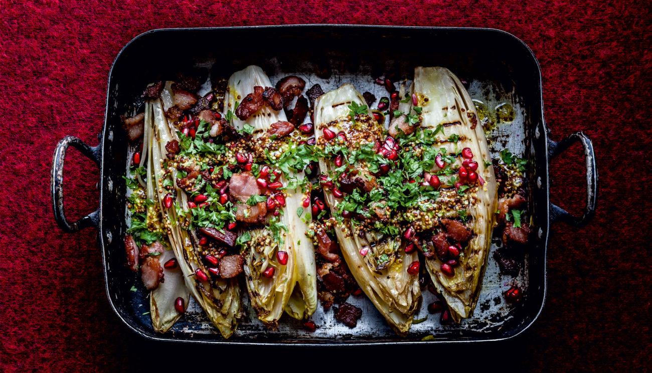 Grillet julesalat med granatæble og ristet pancetta