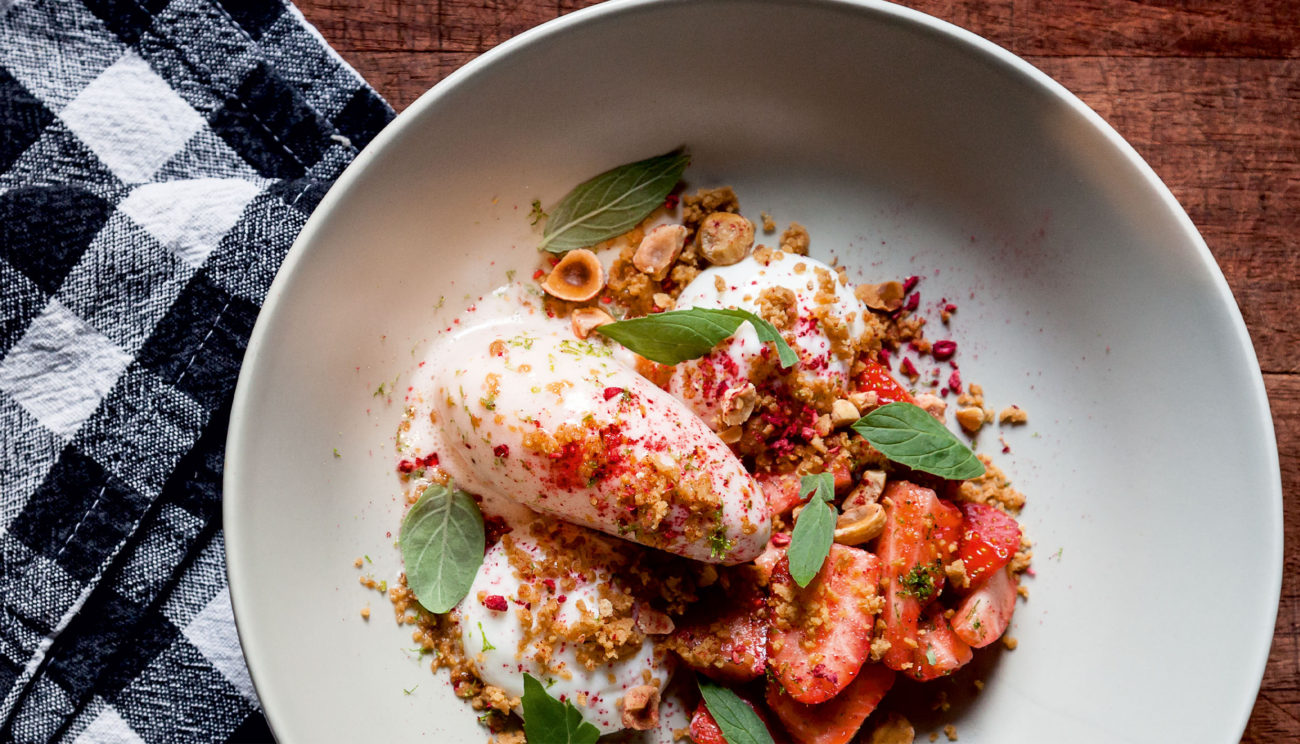 Kærnemælkspanna cotta med jordbær og lakrids