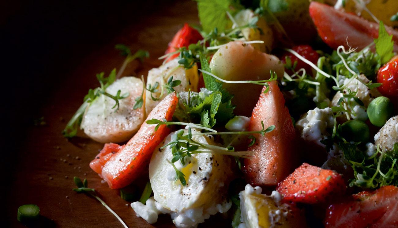 Sommersalat med jordbær, nye kartofler og urter