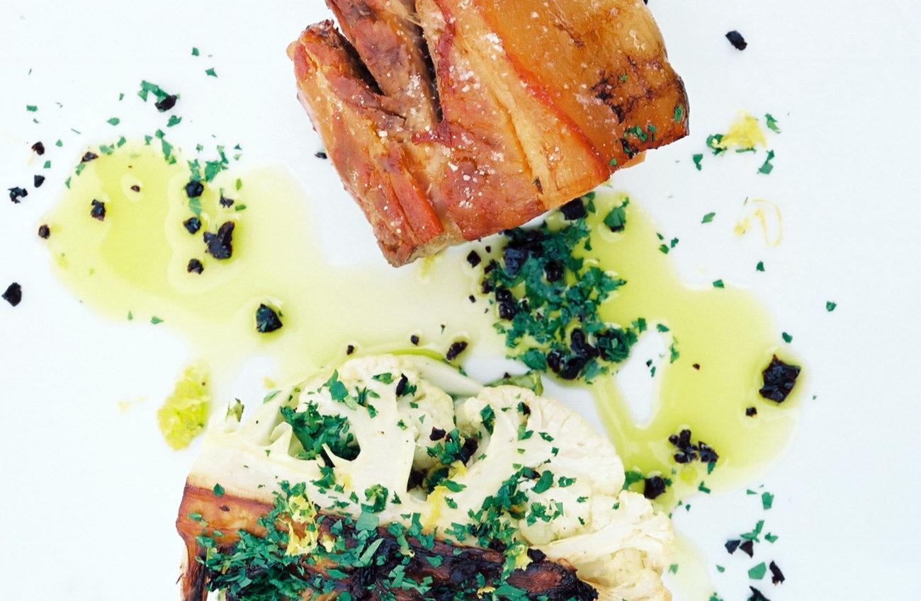 Grydestegt blomkål, tørrede oliven og bagt svinebov