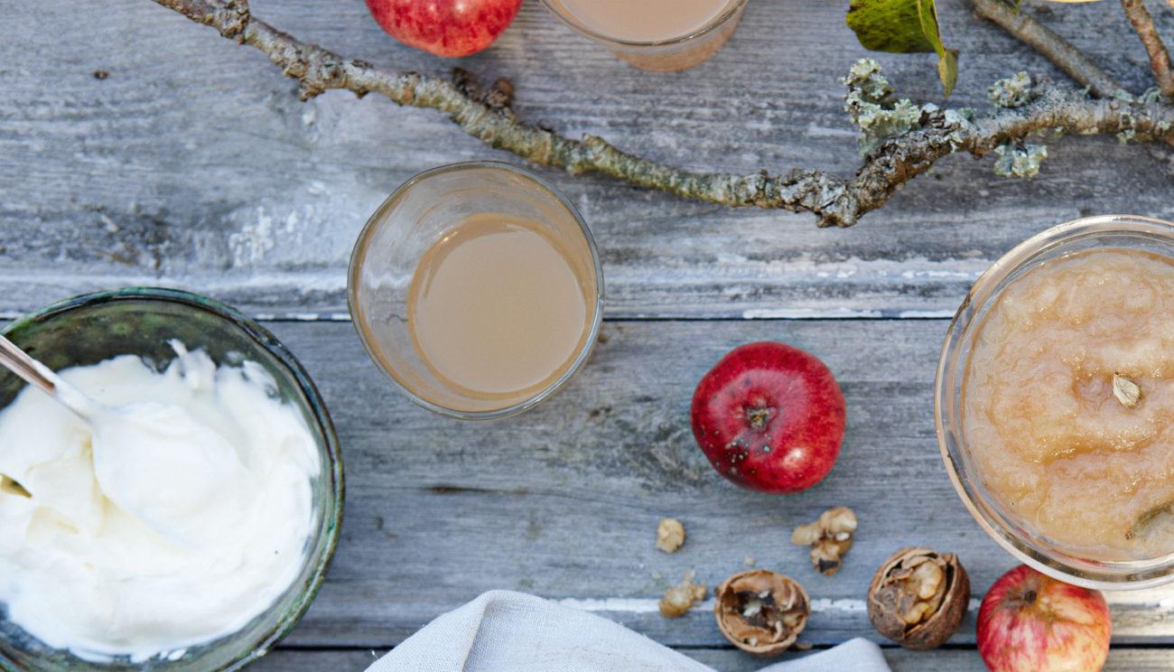 Hjemmelavet æblesaft lavet på saftkoger