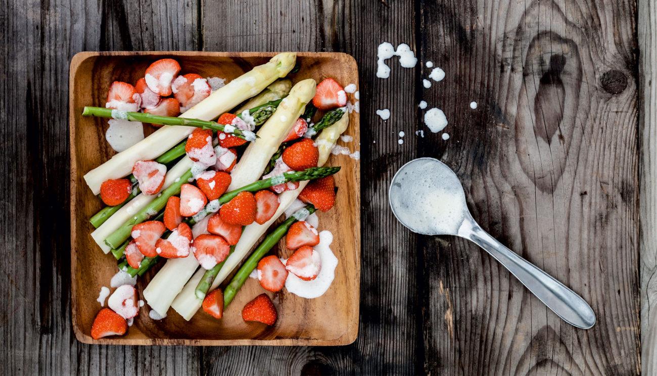 Asparges og jordbær i fløde