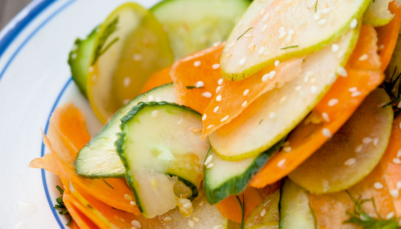Gulerods-, pære- og agurkestrimler med ristet sesam