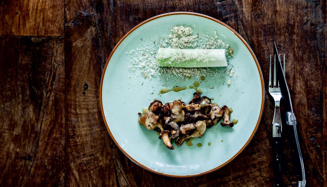 Stegte svampe med porrer og valnød