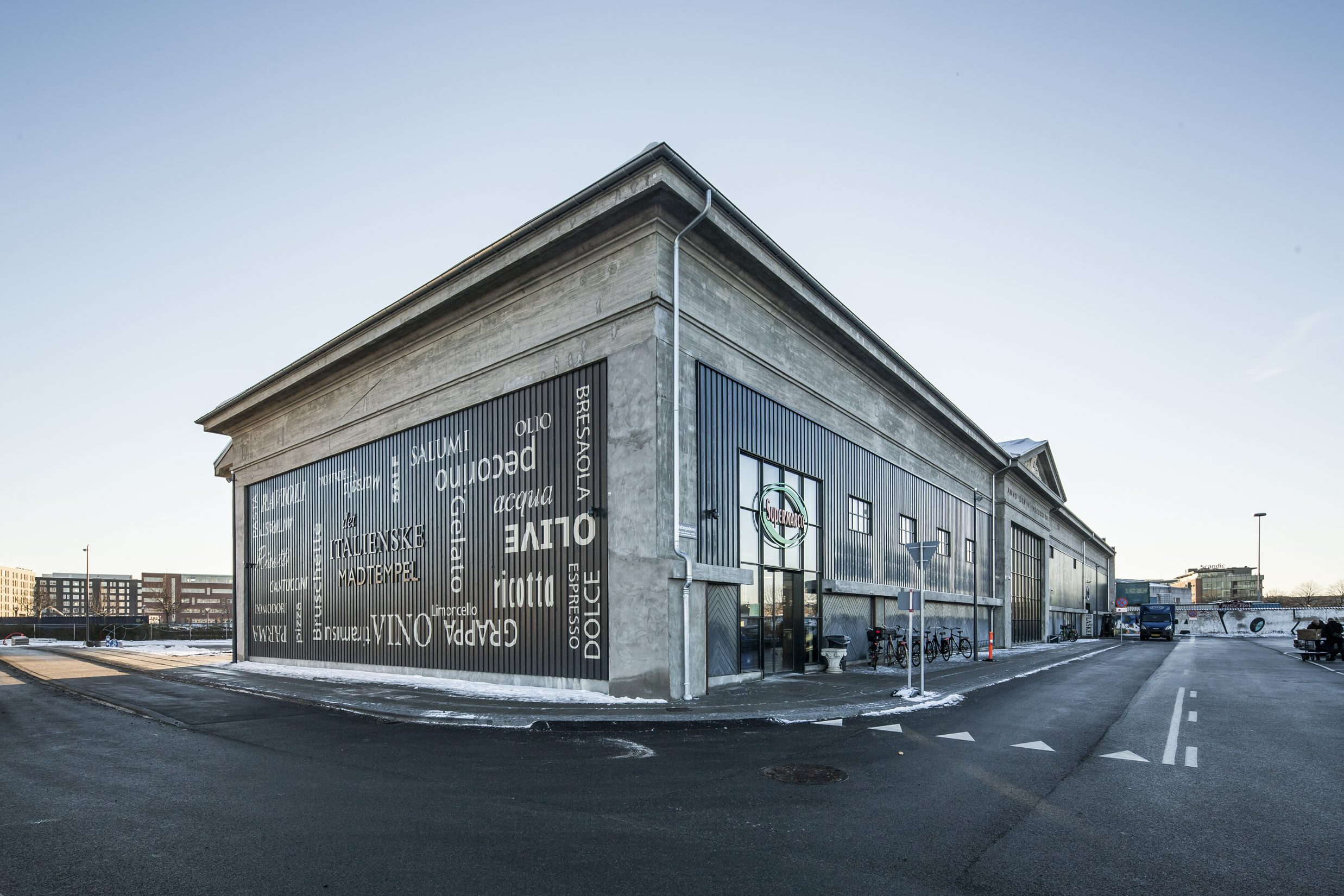 """Københavns nye havnekvarter, Frederiks Brygge, udvikler sig med hastige skridt, og den 2. november kan bydelens første store ankerlejer, den italienske specialforretning Supermarco og Ello Food, slå dørene op til et """"madtempel"""" i den gamle stålpladehal. Åbningen af Supermarco og Ello Food markerer indvielsen af den nye bydel, Frederiks Brygge, og forvandlingen af den 80.000 kvadratmeter store Lemvigh-Müller grund er i fuld gang. Nordea Ejendomme står bag udviklingen af den nye bydel i Københavns Sydhavn, der udover 1.350 boliger omfatter grønne byrum, marina, kanaler, caféer, specialbutikker, børneinstitution samt gang- og cykelstier til City."""