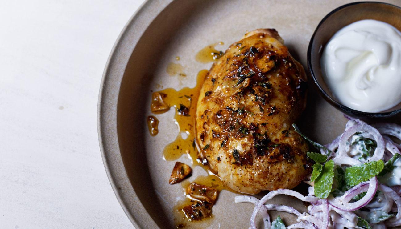 Spicy kyllingelår med yoghurt, løg og mynte