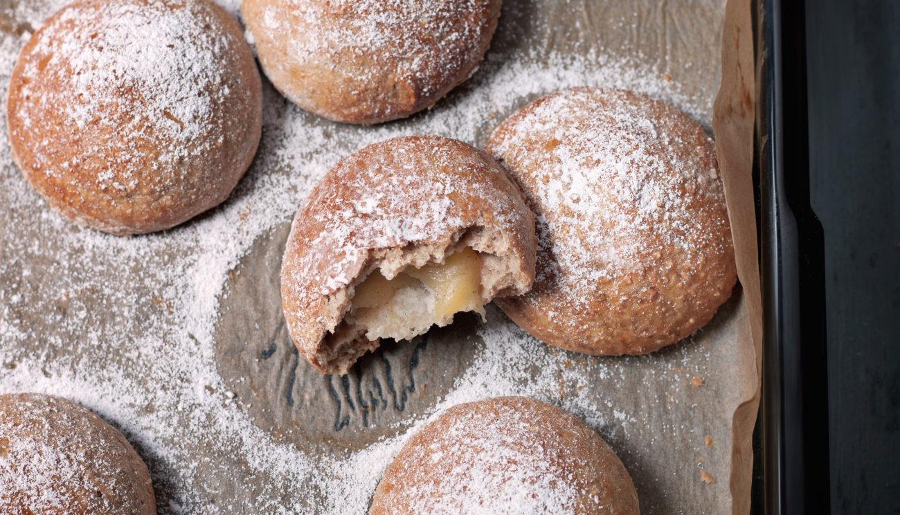 Fuldkornsfastelavnsboller med æblekompot og marcipan