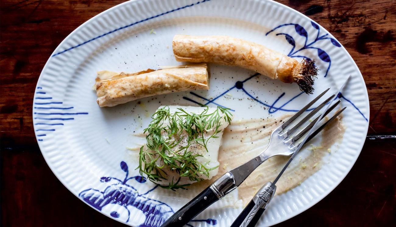Pocheret torsk med brunet blomkålpuré, bagt porre i sprød dej og dild