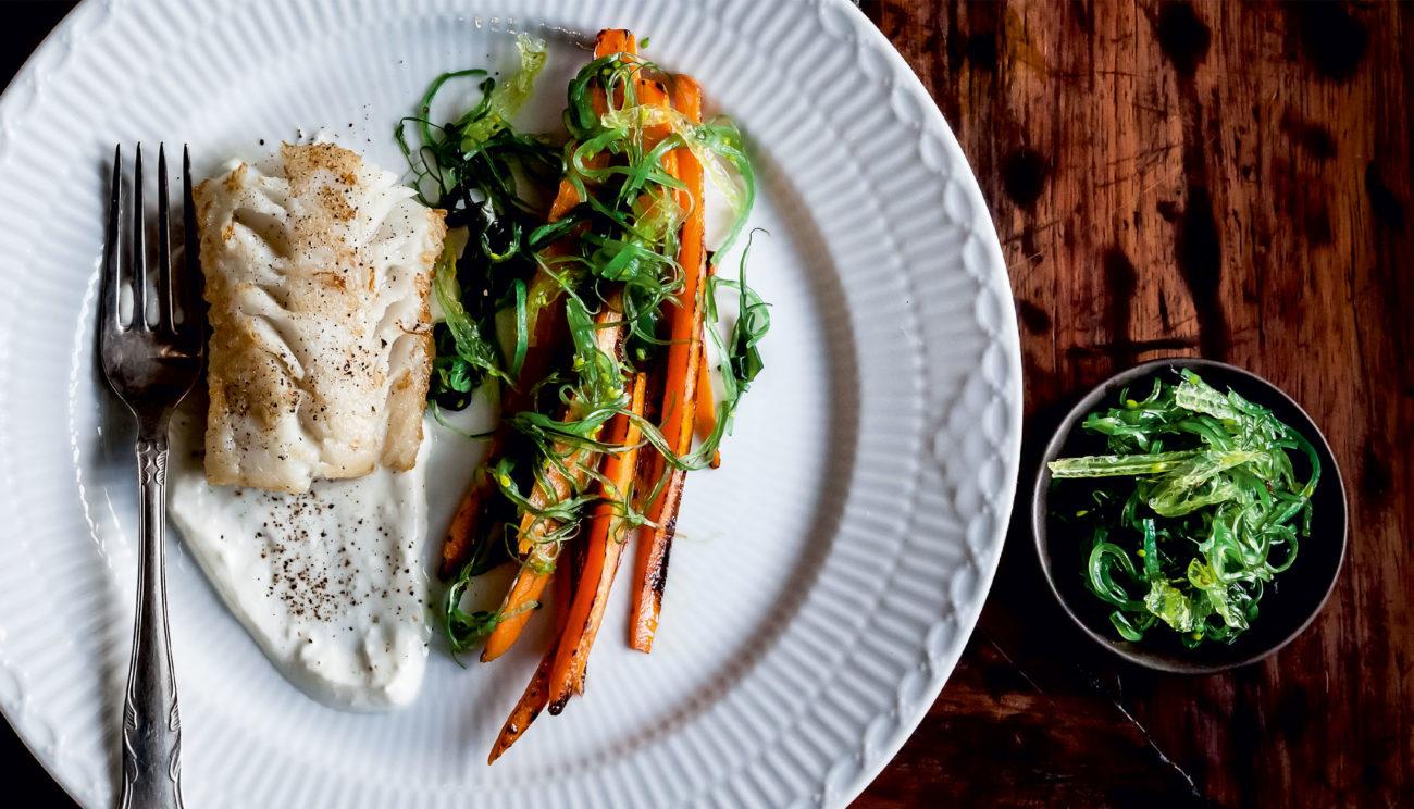 Stegt torsk med gulerødder, tang og yoghurt