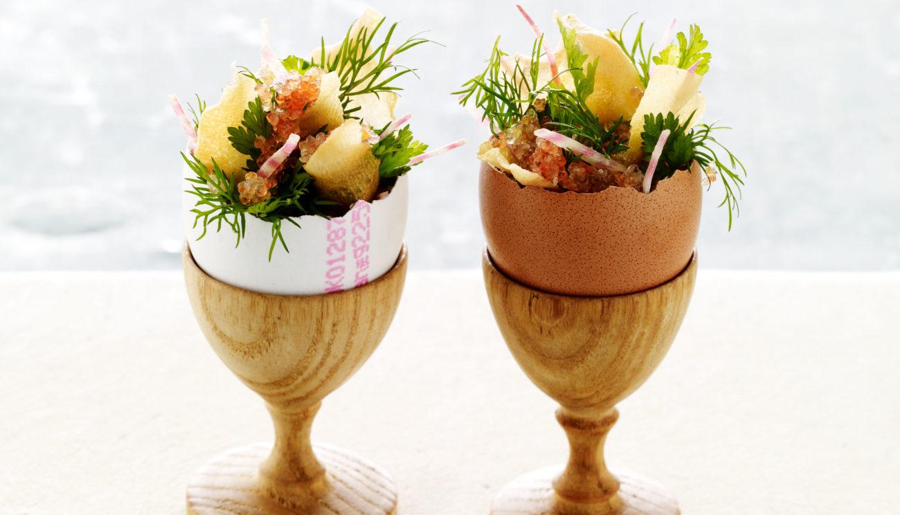 Jordskokkeflan bagt i æggeskal serveret med stenbiderrogn, dild og chips