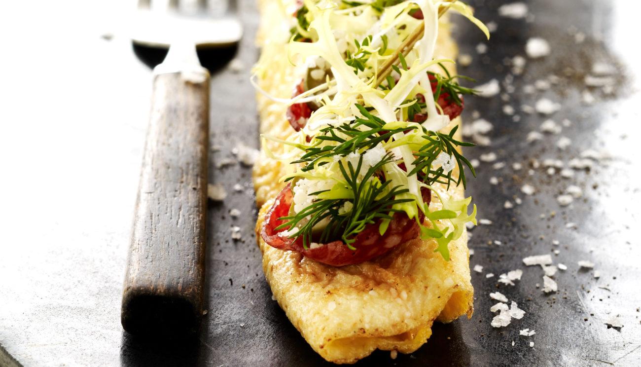 Omelet med din yndlingspølse og kapersbær