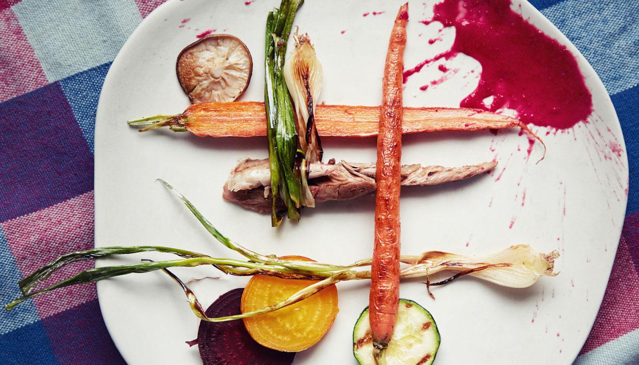 Saltindbagt hare med smørstegte grøntsager og rødbedepolenta