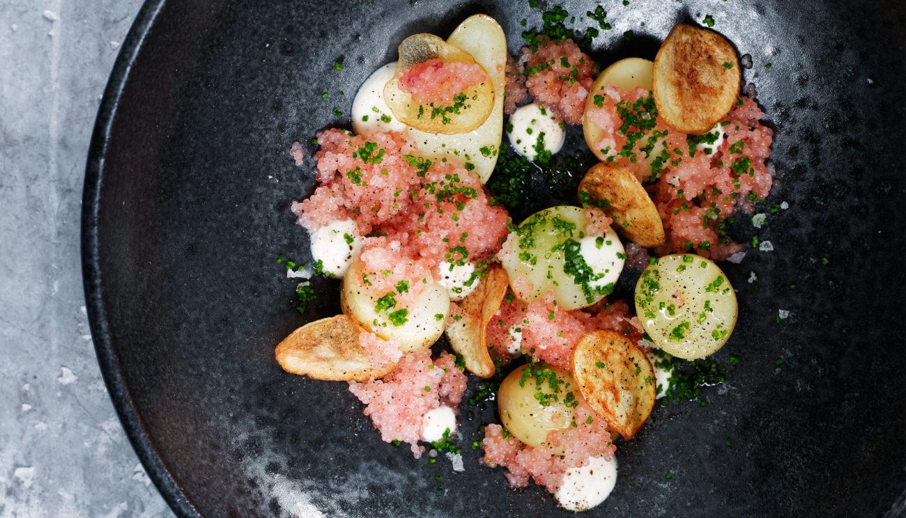 Små kartofler med stenbiderrogn og syrnet fløde