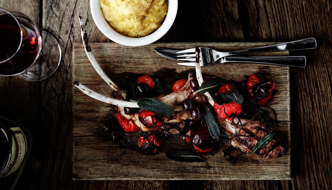 Stegte lammekoteletter med bagte San Marzano-tomater