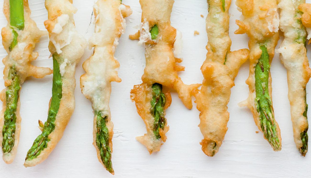 Friterede grønne asparges med chili- og yoghurtmayo