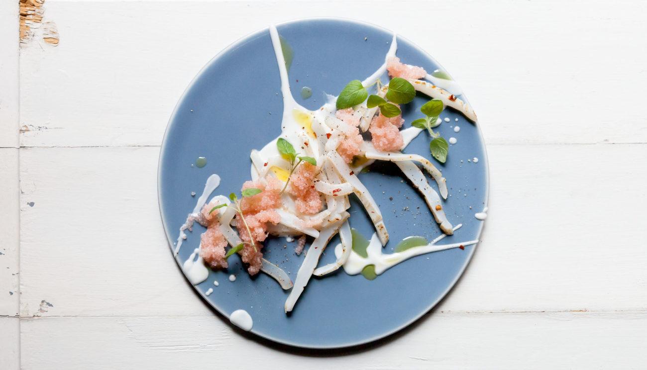 Blæksprutte med chili, røget stenbiderrogn, saltet yoghurt og oregano