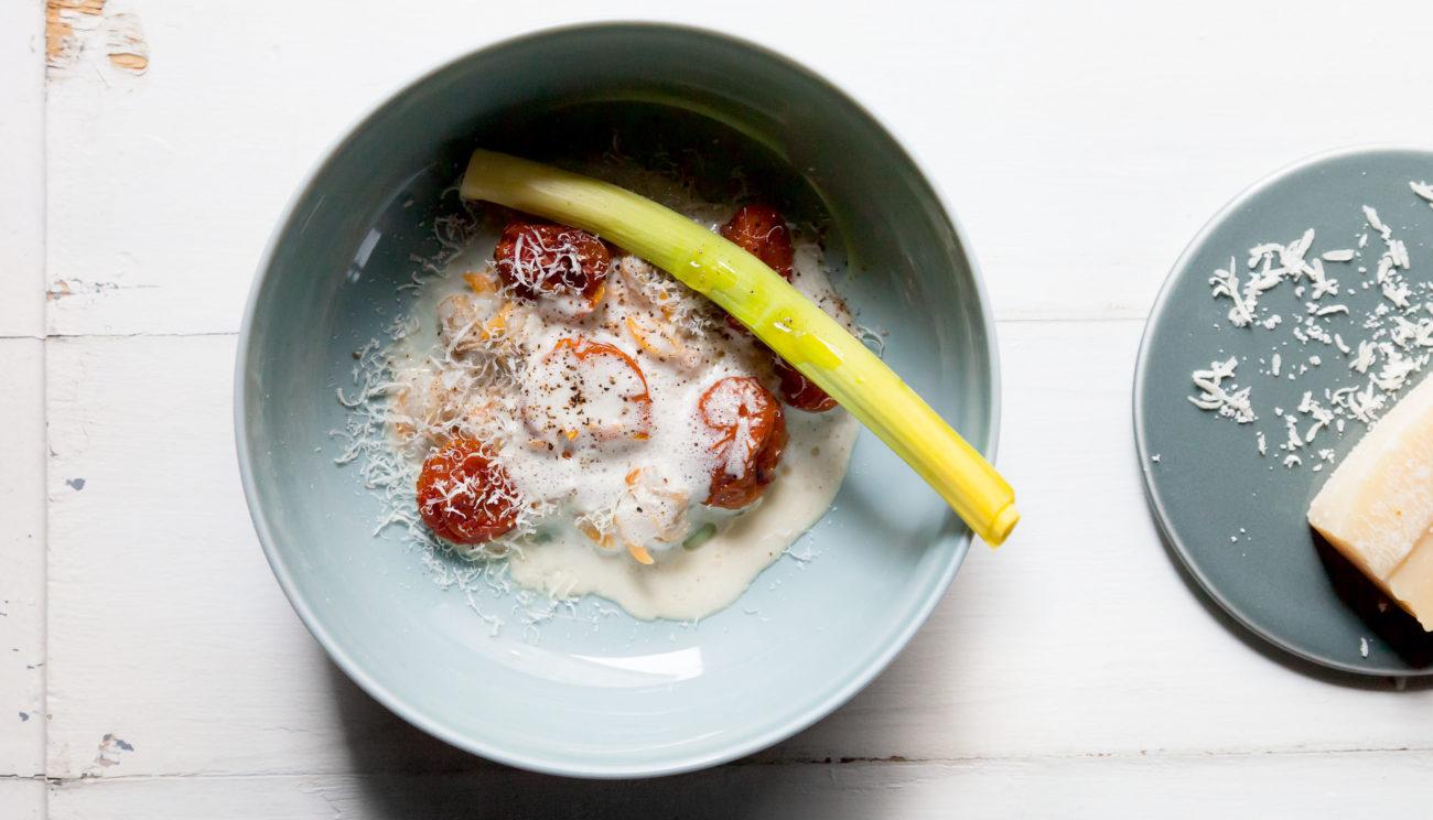 Blancheret porre, bagt tomat, muslinger og parmesan