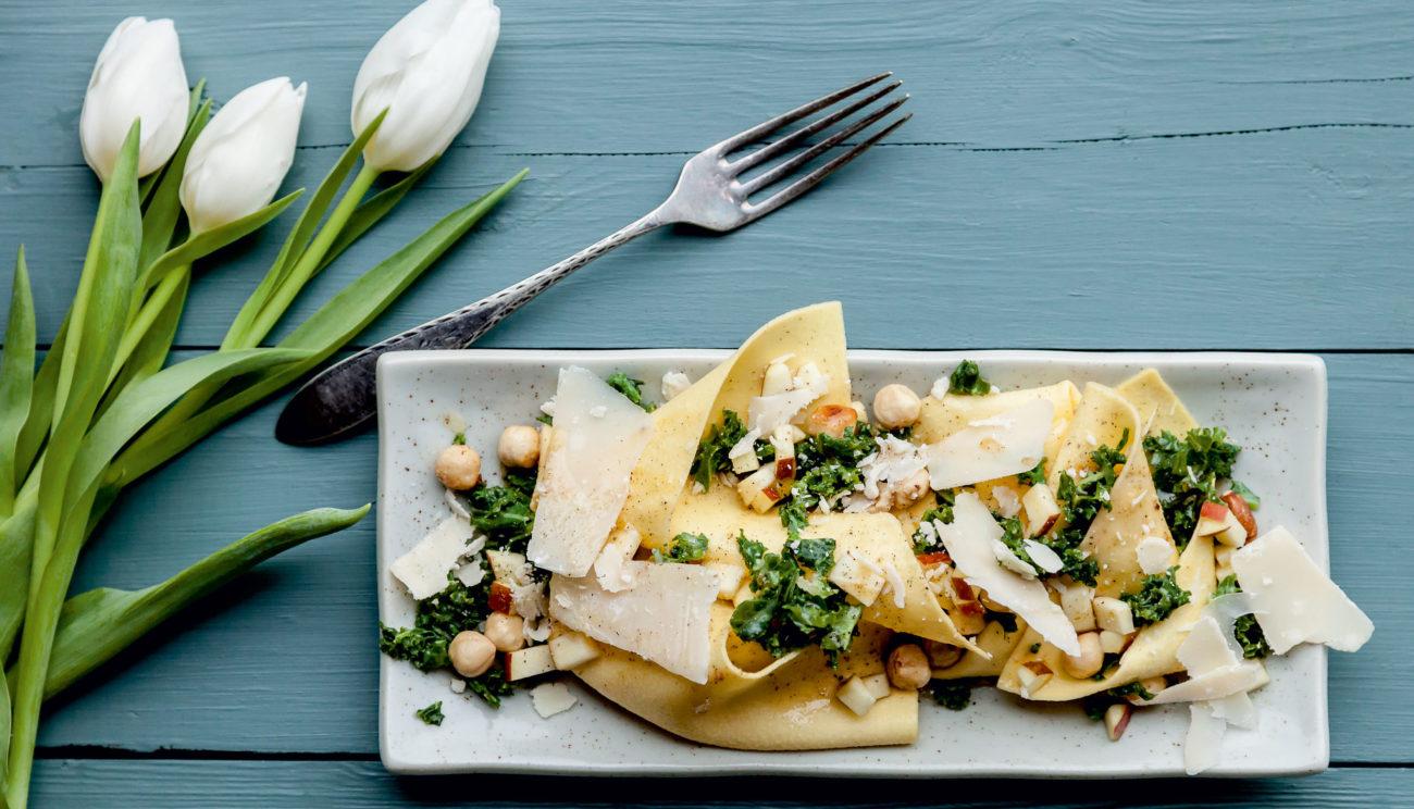 Åbne fuldkornsravioli med grønkål, hasselnødder, æble og parmesan