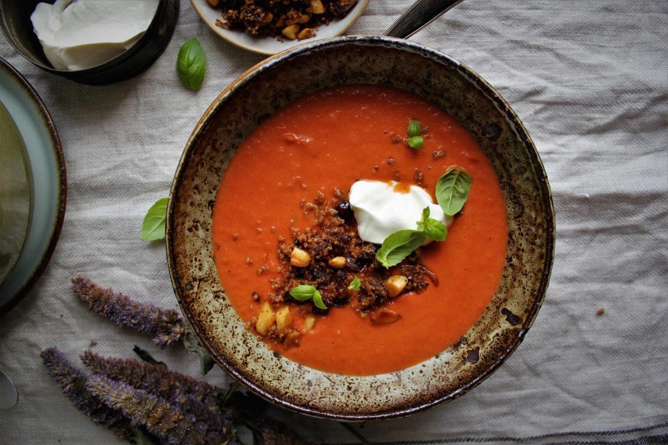 Marokkansk tomatsuppe med ristede couscous, dadler og mandler