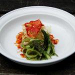 Sakebraiseret yuba med sprødt yubaskind, tomatcrunch og aspargescrudité