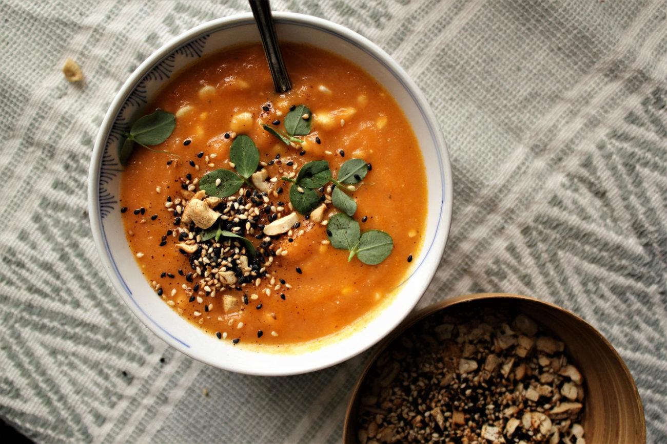 Gulerodssuppe med appelsin og dukkah