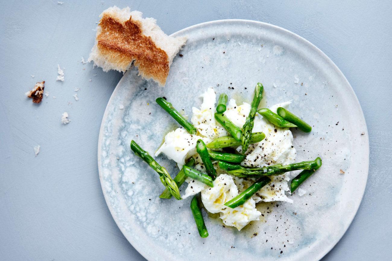 Grønne asparges med burrata og trøffelolie