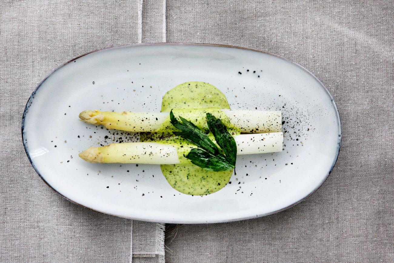 Hvide asparges med løvstikkehollandaise og friterede løvstikke